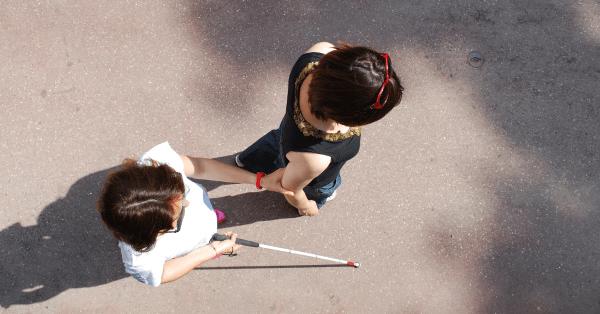 personne aveugle accompagnée de son instructeur en autonomie