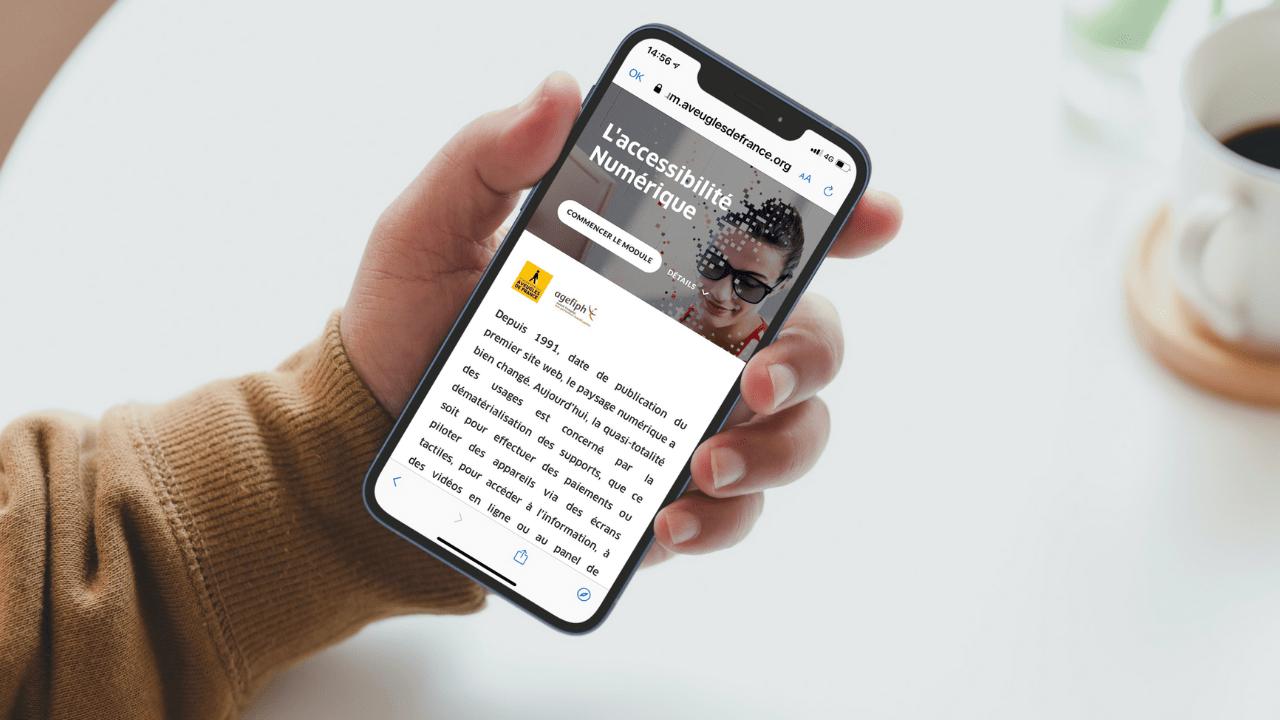 Personne naviguant sur la home page du module de sensibilisation lancé par la Fédération des Aveugles de France, sur un smartphone